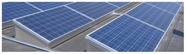 Solar installation using a ballasted mounting system