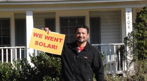 Leo Espinal instaló un sistema solar en 2017 con la Cooperative Solar de Bowie en Maryland.